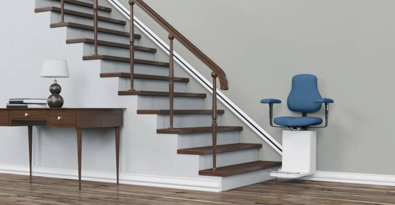Traplift met blauwe stoel